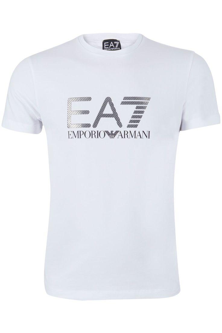 Wit stretch t-shirt uit de sportlijn van Armani. Het shirt heeft een ronde hals. Op de borst staat groot het Emporio Armani 7 logo in het zwart geprint. In het EA7 logo zijn zilveren streepjes opgelegd.