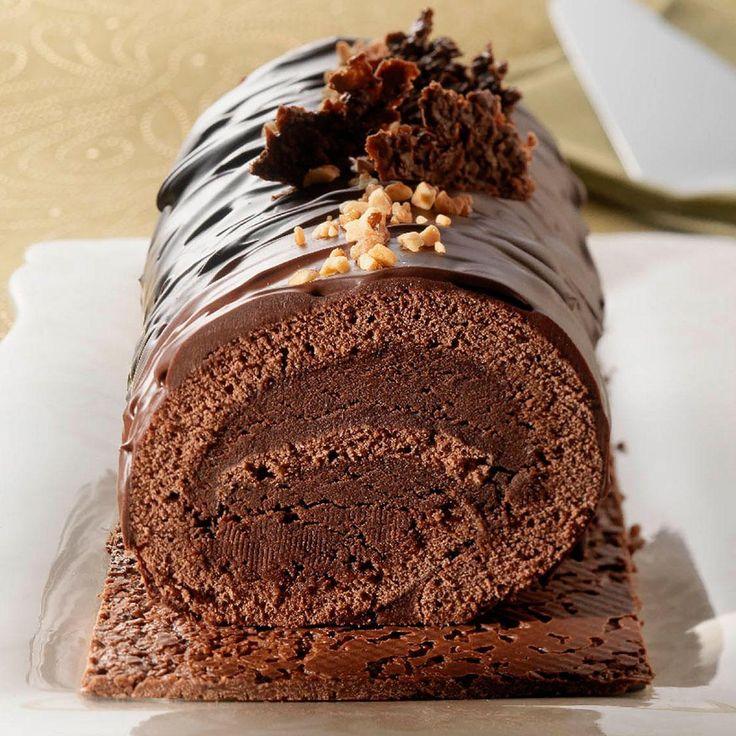 On se régale pour le réveillon de Noël avec cette bûche 100 % chocolat ultra croustillante grâce à une base praliné et crêpes dentelles.