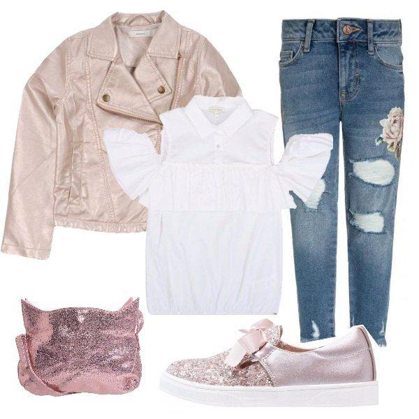 I jeans strappati con rosa stampata conferiscono un effetto romantico al look. Romantica anche la blusa bianca e le scarpe rosa con fiocco e glitter. La borsa con le orecchie ed il biker rendono più moderno l'insieme.
