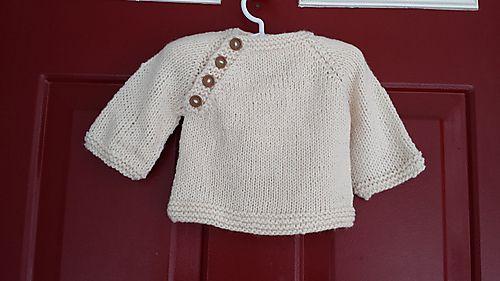 Nem og hurtig lille trøje til baby. Den kan varieres med garnvalg og knapper. Her strikket i ren uld, men alpaca ville være fint. Eller bomuld. Pinde 4½. Læs mere ...