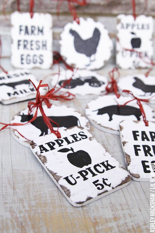 How to make these vintage inspired farm sign ornaments - DIY rustic Christmas decor - Farm themed Christmas ornaments with farm animal image download.