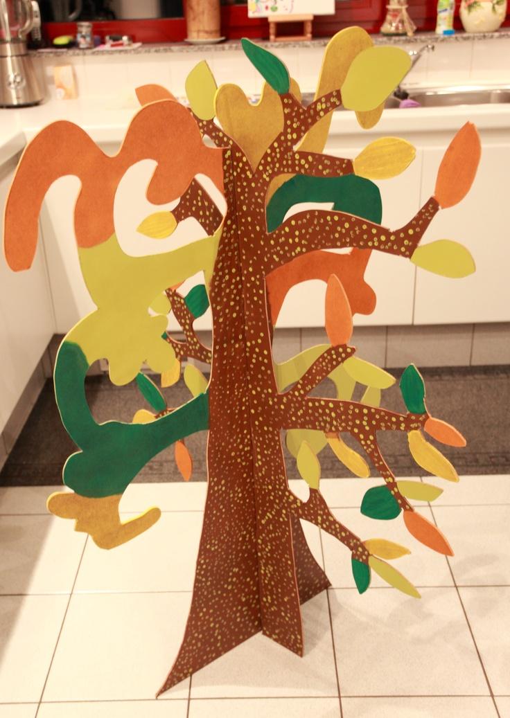 De zorgenboom. De kleuters tekenen hun zorgen en gevoelens en hangen ze in de boom. Op het einde van de dag worden deze besproken.