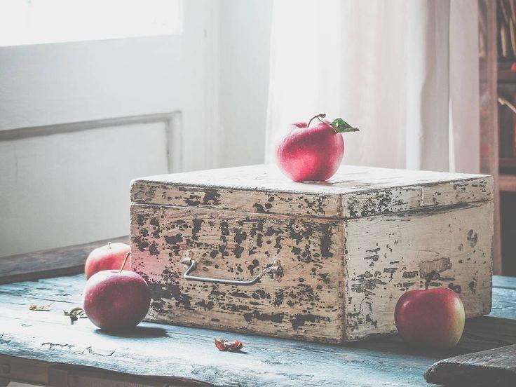универсальная коробка!  Винтажная , довела её по цвету до красоты . 25х25, высота 11,5 см. В ней можно хранить свой красивый реквизит ✂☕, письма,  фотографии.  Снимать на ней,  класть внутрь и тоже ! Покажу её сейчас по частям  #vscofood #foodfoto #wood #fotofon #foodfotographer #фотофон  #love #vintage #home #homesweethome #фотограф #фудфотография #фудфото #фотография #декор #vscocam #vsco #vscorussia #happy #spb #provence #vscolove #фотофон