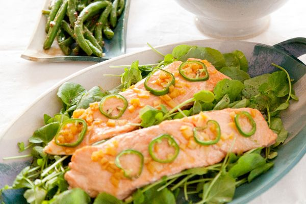 hot + tangy broiled salmon with green beans... packed with super foods + tasty too!
