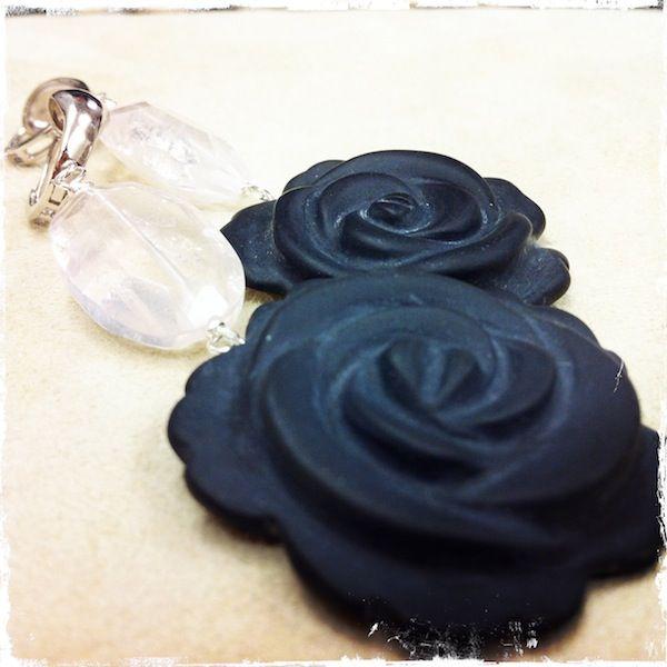Orecchini con rosa in agata nera e quarzo rosa, montati su argento