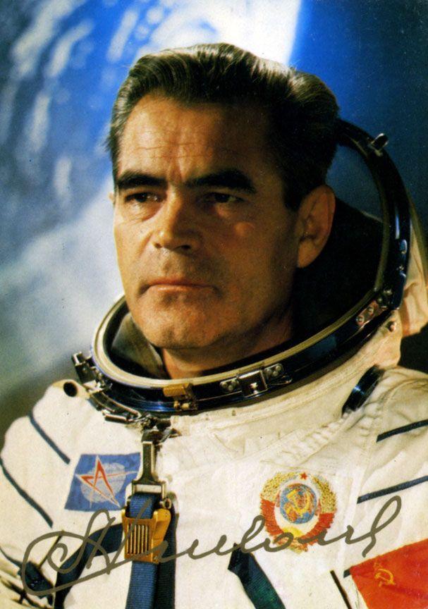 SOUND: http://www.ruspeach.com/en/news/8956/     5 сентября 1929 года родился Николаев Андриян Григорьевич. Это советский космонавт, Дважды Герой Советского Союза, Генерал-майор авиации. Николаев был первым космонавтом, который работал на орбите без скафандра и первым космонавтом, кот�
