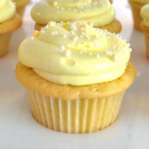 Receta casera de Cupcakes de Limón. Aprende cómo preparar la receta básica de los Cupcakes de Limón de una forma fácil y a decorar tus cupcakes de manera sencilla con una cobertura de frosting de limón.