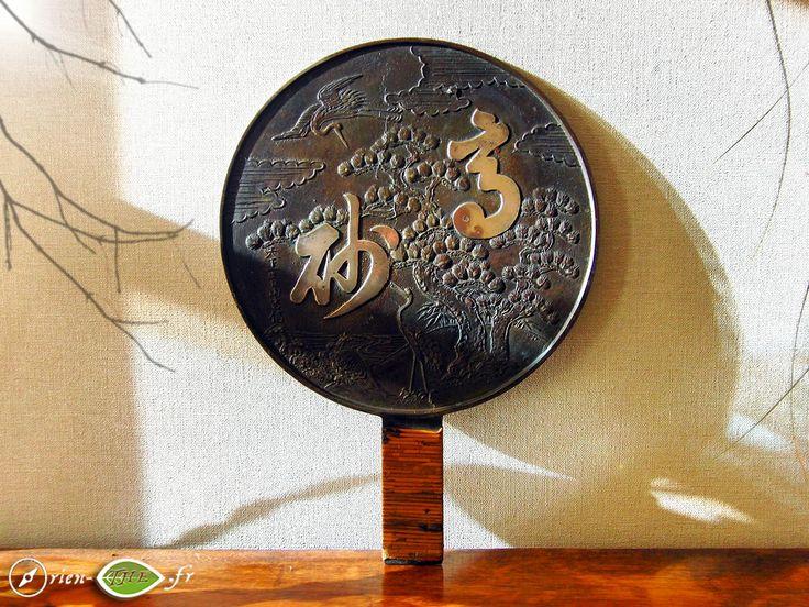 Un kagami en bronze de la fin de l'ère Edo, utilisé parfois pour agrémenter la cérémonie du thé http://www.orien-the.fr/nouveau-thes/kagami-en-bronze-de-la-fin-de-lere-edo/