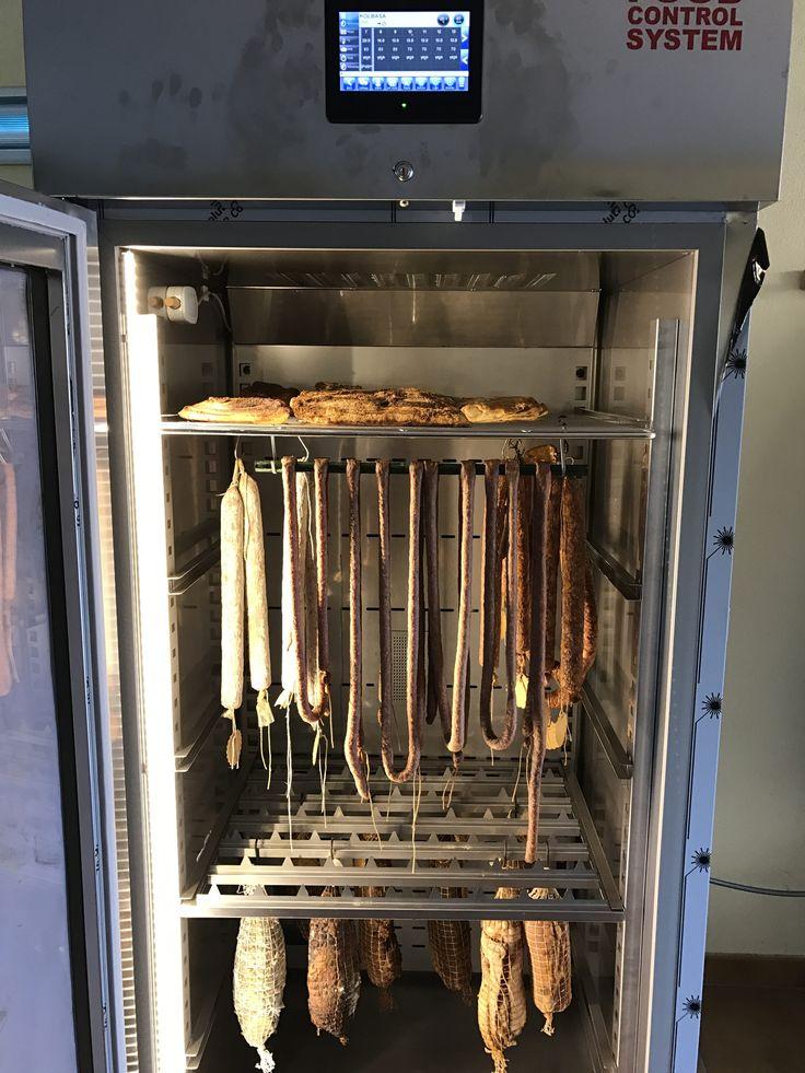 Какой кулинар не мечтал хоть раз в жизни иметь такую кухонную технику, которая делает все сама. Положил внутрь свинью, нажал кнопку, а с другой стороны выходит вкусная колбаса. Особенно это было бы актуально в шаркутерии (колбасном деле). #recipe #рецепт #donsimon #recetas #char