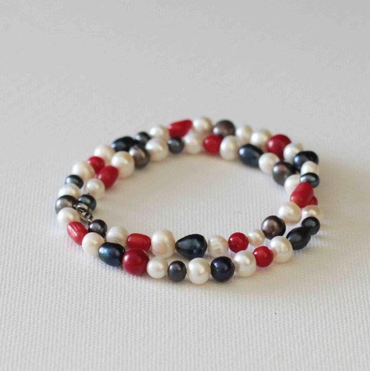 Námořnický+V+jednoduchosti+je+krása.+Elegantní+náhrdelník+pro+všední+i+nevšední+příležitosti+mluví+sám+za+sebe.+Červené+kulaté+korálky+a+fazolky+korálu+v+barvě+třešní+krásně+doplňují+bílé,černošedé,+modré+oválnéa+velké+modročerné+říční+perly.+Zaujme+na+první+pohled.+Dopřejte+si+luxus+v+podobě+nadčasového+náhrdelníku.+Délka+náhrdelníku+je+47...