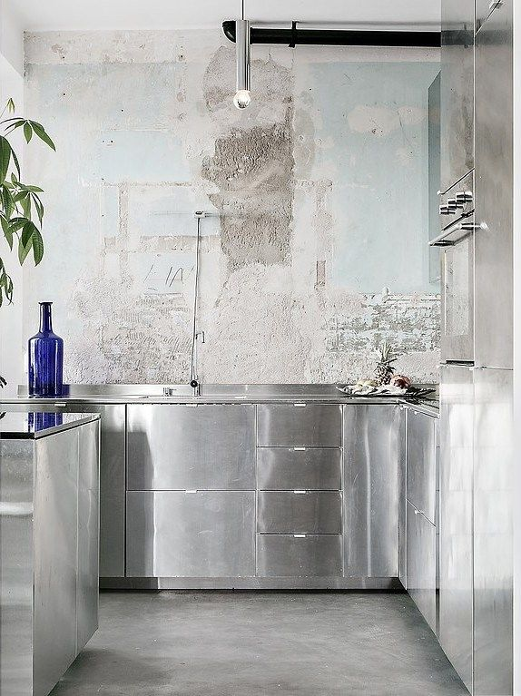 Minimalisme est sans doute le mot qui caractérise le mieux cet appartement, décoré entre design et vintage, en duo noir et blanc que vient à peine bousculer une bouteille d'un bleu outremer profond, o