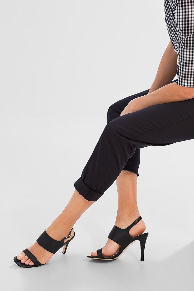 Maatinformatie:  -Hakhoogte: ca. 9 cm  Details:  -Wij zijn dol op hoge hakken! Deze sandalen zijn perfect bij een elegante broek of een chique jurk. -Het brede dwarsriempje over de wreef onderstreept de elegante leerlook van de schoenen. -Een smal riempje bij de hiel zorgt ervoor dat de sandalen goed zitten.