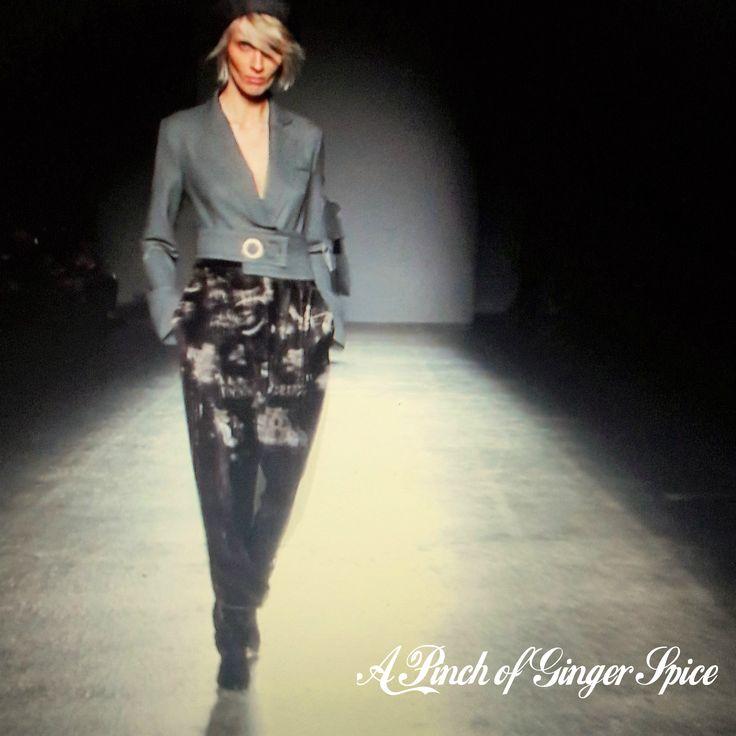 """#milanofashionweek la sfilata di Grinko che ha aperto la settimana della moda milanese, quel """"je ne sai quoi"""" tutto parigino che piace a me. Non so se scattando ho colto l'attimo perfetto... ma questa modella mi ha ricordato davvero moltissimo la #rivegauche"""