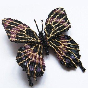 Czarny motyl Misterna broszka wykonana czasochłonną techniką beadingu. Motyl został wypleciony z setek najwyższej jakości japońskich koralików Toho w kolorach matowy czarny, złoty i w dwóch odcieniach fioletu. Subtelna, a zarazem niezwykle wyrazista ozdoba.   www. KuferArt.pl