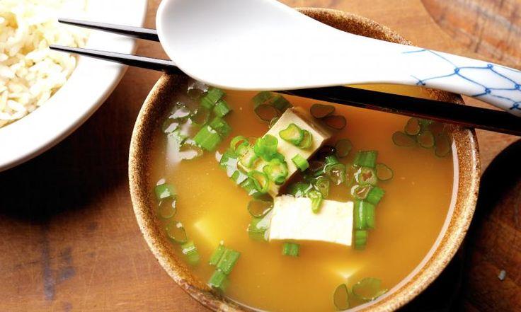 Das japanische Nationalgericht kommt in seiner Heimat bereits zum Frühstück auf den Tisch. Als Vorspeise ist diese Suppe ein köstlicher Starter, mit Reis gereicht kann sie aber auch ganz schnell zur Hauptspeise werden. Ein vegetarischer Alleskönner!