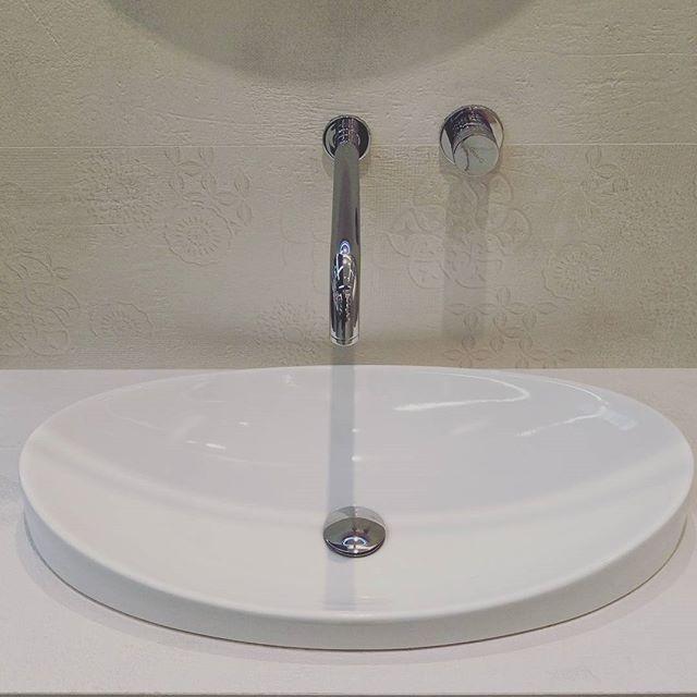 Subtelny kształt umywalki, delikatna faktura płytek i minimalistyczna bateria. Proste, a zarazem nowoczesne połączenie :) #HOFF #salonhoff #kraków #ilovehoff #łazienka #łazienki #design #wystrojwnetrz #bathroom #bathroomdesign #ceramika #inspiracja #unywalka #bateria #pomysł #wyposażeniewnętrz #płytki #tiles #delikatnie #subtelnie #nowocześnie #minimalizm #piękno