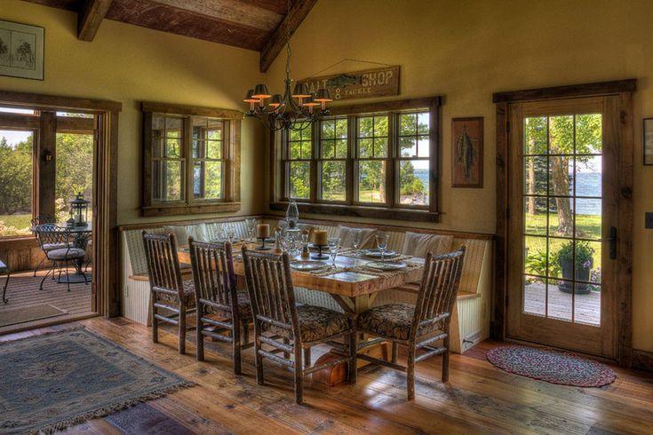La salle à manger meublée de façon rustique avec une belle vue sur le lac