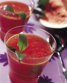 Refrescante bebida de sandía y fresa, puedes preparar esta bebida para tus comidas del diario, a mi me encanta la combinación de la sandía y la fresa. Endulza un poco esta agua y obtendrás un sabor inigualable.