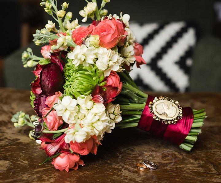 Букет невесты - это фантазияэто играэто ансамбль это МУЗЫКА...  слышите??? В данном случае это блюз! #7ойлепесток #букетневесты #флористикасмоленск #свадебнаяфлористика #свадебныйдекор #свадьбавстиле #яневеста #невеста2017 #смоленск     Фото @katenomad