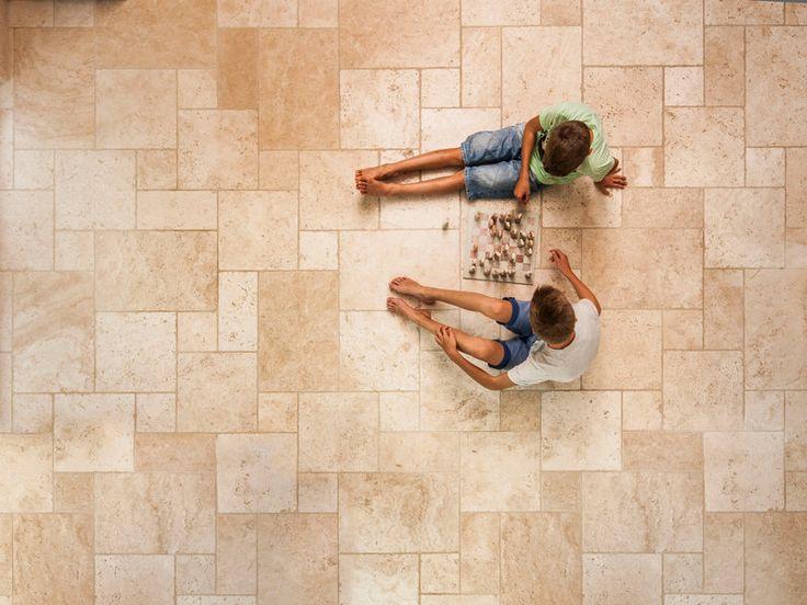 So angenehm, dass sich das Leben darauf abspielt: Natursteinboden Travertin Light – jonastone
