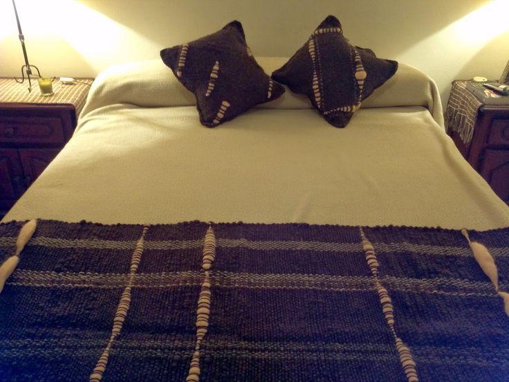 Lola Telares: Manta, pie de cama con almohadones