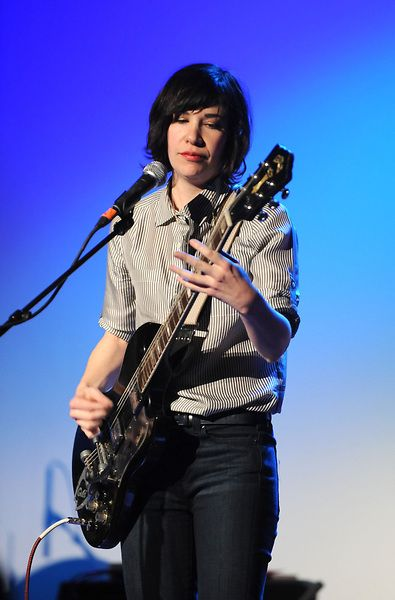 Autostraddle — Style Thief: How to Dress Like Carrie Brownstein. This is how I remembered when I saw SK in 2006.
