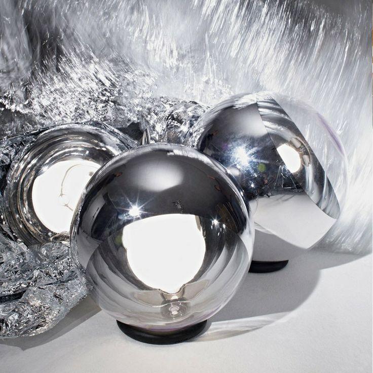 Mirror Ball Gulvlampe 40 cm fra Tom Dixon Mirror Ball Gulvlampe 40 cm  En helt unik gulvlampe fra Tom Dixon der er højst reflektivt og inspireret af rum-hjelmen. Mirror Ball Gulvlampen er skabt ved at sprænge et tyndt lag af metal ind i den indre overflade af den polycarbonatiske skærm. Dette er en af de mest ikoniserede produkter i serien, og fås både i en 40 cm og 50 cm udgave.
