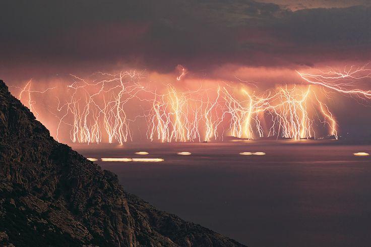 Setenta Rayos, fuego en el cielo  Para realizar esta fotografía Chris Kotsiopoulos disparó su cámara 90 veces durante 83 minutos.   Descartó 20 exposiciones para evitar la saturación lumínica de la foto.   Una imagen que da una idea de la enorme cantidad de energía eléctrica que descarga una tormenta.   La fotografía ha sido tomada en la isla de Ikaria (Grecia).