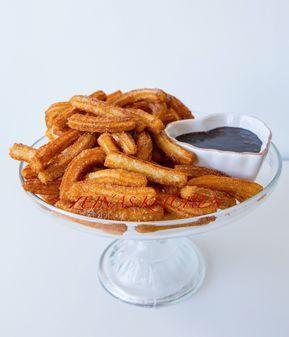 Frasiga och ljuvligt goda spanska bakverk som påminner om munkar i smaken. De friteras gyllene, doppas i kanelsocker och serveras gärna med en god dippsås. Jag föredrar helst mina churros med dulche de leche, karamelliserad mjölk kokt till kolasås. Himmelskt gott! Ävenchokladsås är riktigtmumsigt till. 1 stor skål churros, ca 8-10 portioner 3 dl vatten 3 dl mjöl 125 g smör 3 ägg 1 msk socker 0,5 tsk vaniljsocker 0,5 tsk salt Fritering: Olja (jag använder rapsolja) Topping: 1 dl socker 1…