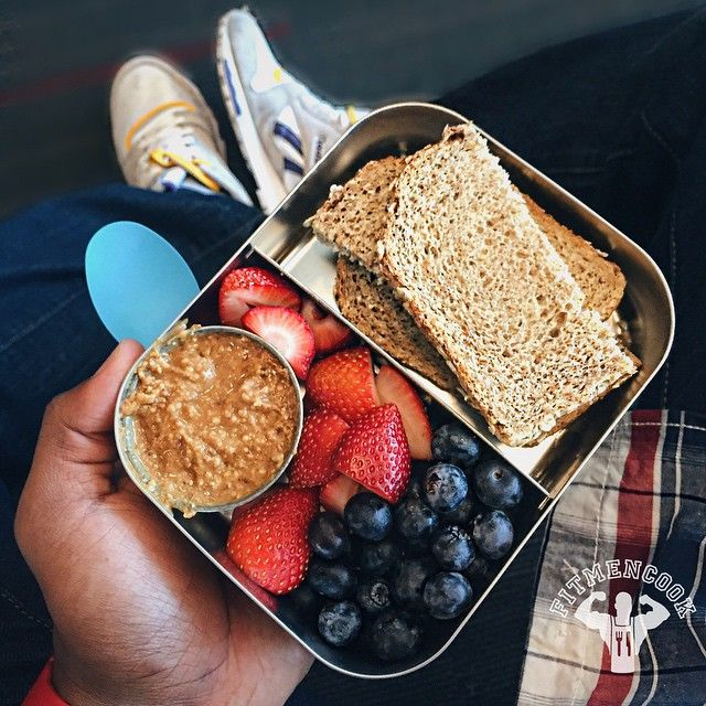 """At the airport snacking and it's """"peanut butter jelly time!""""  (Don't act like y'all don't know that song!) Snack: isolate whey protein shake mixed with superfood (not shown) + 2 slices Ezekiel bread + 2 (fake) tablespoons of natural nut butter + blueberries & strawberries. It's filling and delicious no matter what age you are! Boom. (traduccion abajo) En el aeropuerto con una merienda y es mantequilla de maní y """"jalea""""! Comida incluye: batido proteina mezclado con los súper alimentos en…"""
