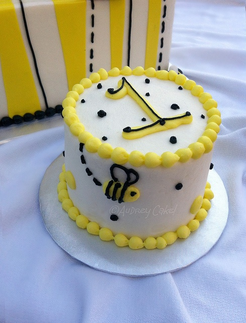 Bee Smash Cake by The Cake Chic, via Flickr