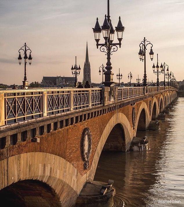 La touche française - pont de pierre Bordeaux France