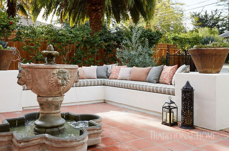 A wall around the courtyard allows for bench seating. - Photo: John Merkl / Design: Kari McIntosh Dawdy