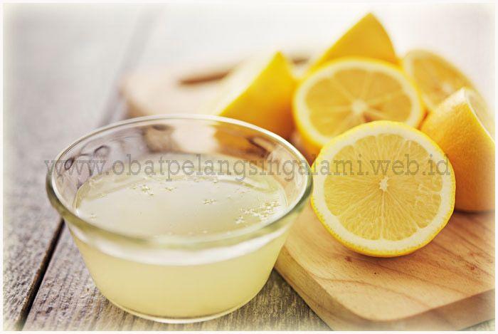 """Jus Lemon dan Air Hangat Dapat Membantu Menurunkan Berat Badan Menurut The Lemon Juice Diet by Theresa Cheung: : """"Cara terbaik untuk menurunkan berat badan dan mempertahankannya adalah dengan menghilangkan racun dari tubuh, serta menjaga hati dan sistem pencernaan yang sehat. Secara khusus, pencernaan yang buruk akan menghambat penurunan berat badan dengan menghentikan tubuh mendapatkan nutrisi yang dibutuhkan untuk membakar lemak dan dengan menyebabkan racun menumpuk dalam aliran darah…"""