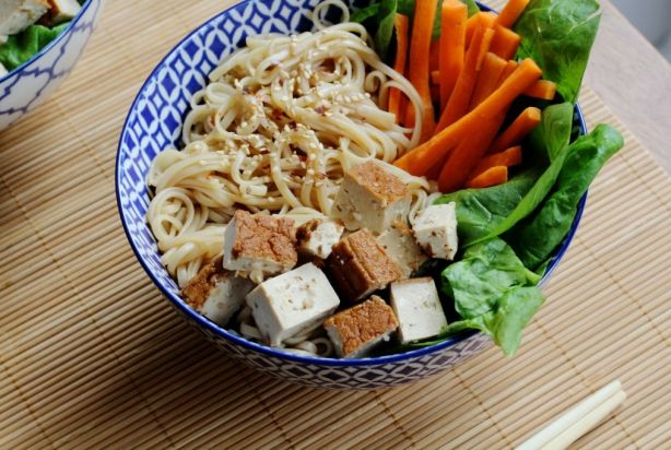 Simpele noodles met gerookte tofu