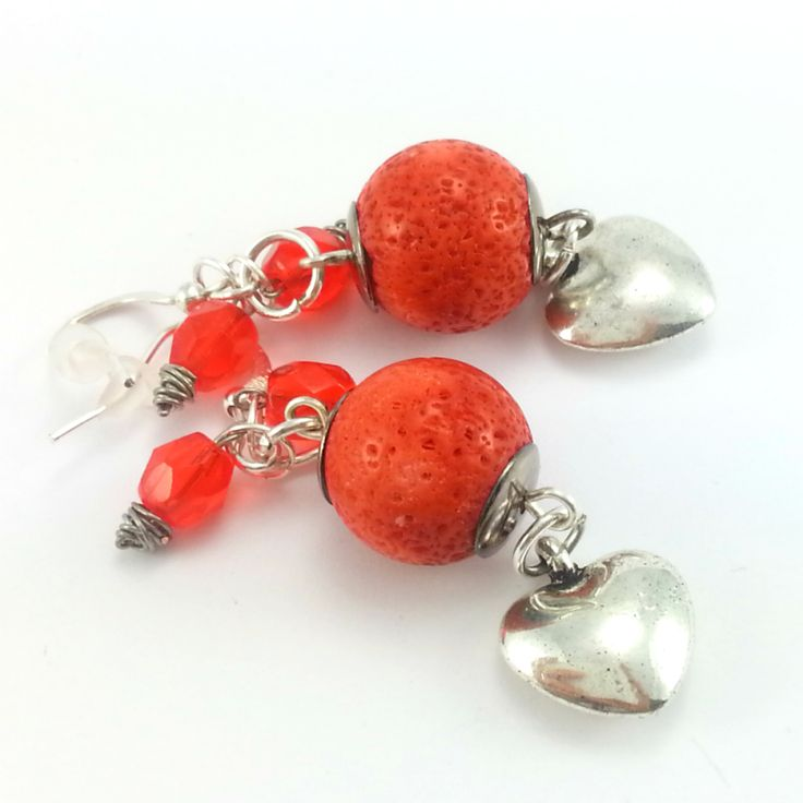Kolczyki kamienie pomarańczowego korala z serduszkami.