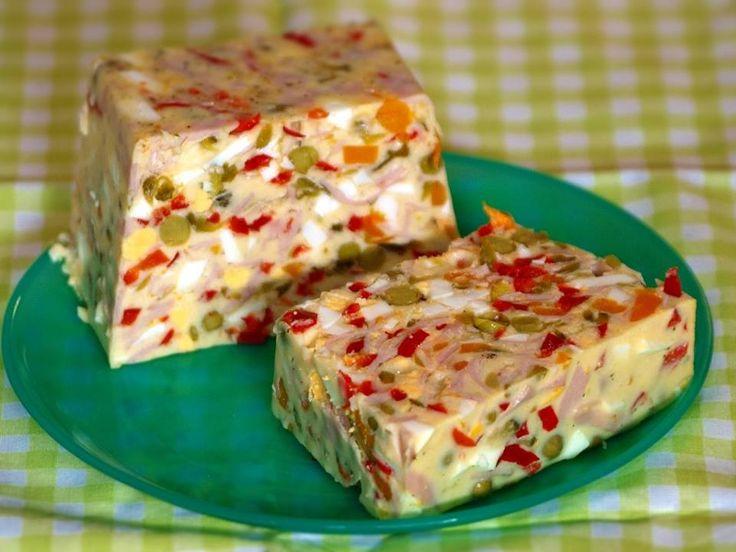Fotorecept: Vajíčková tlačenka Ingrediencie  vajce - 7 ks kyslé sterilizované uhorky - 1 pohár hrášok s mrkvou - 1 konzerva sterilizovaná kápia - 1 pohár želatína - 1 balíček tatárska omáčka - 1 pohár zeleninový bujón - 2 kocky dusená šunka - 20 dkg ocot - 1 PL mleté čierne korenie - štipka  Uhorky nastrúhame na hrubom struháku, šunku nakrájame na rezance, kápiu a mrkvu nasekáme nadrobno. Pridáme hrášok,  nakrájané uvarené vajíčka. Do hrnca dáme pol litra vody, želatínu, dva bujóny, trochu…