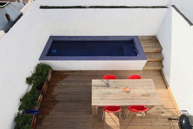 kleine dachterrasse hohe mauer schmaler  pool holzboden esstisch