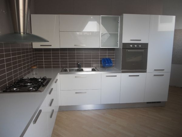 Oltre 25 fantastiche idee su cucine in legno chiaro su - Cucine laccate lucide ...