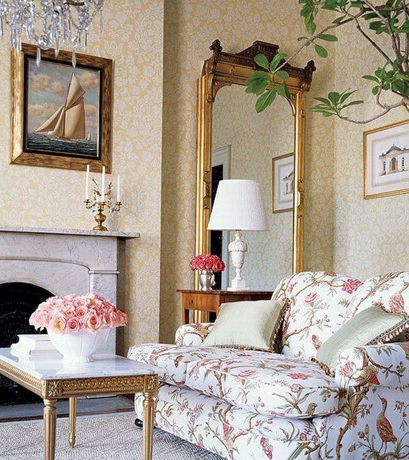 Французские интерьеры: 80 роскошных идей для аристократов и просто ценителей прекрасного http://happymodern.ru/francuzskie-interery/ Светлая обшивка мебели, цветастые узоры на стенах , подсвечники и антикварный столик с мраморной столешницей