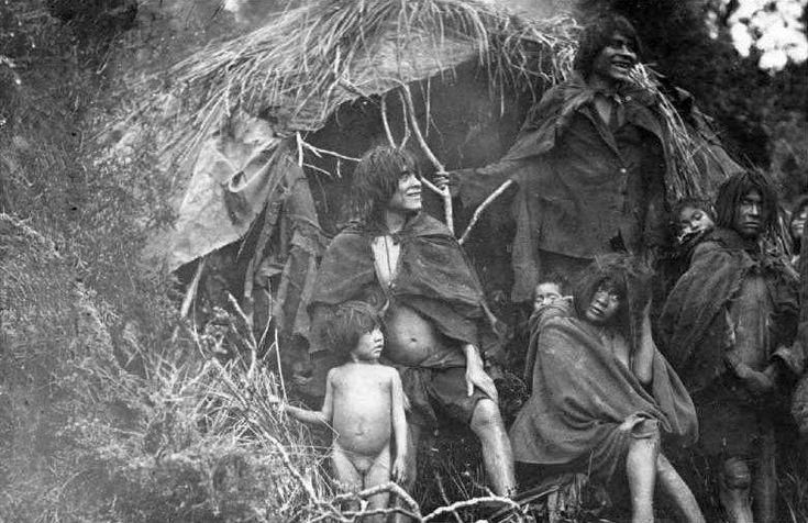 Familia Kaweskar en Tierra del Fuego, año 1931.