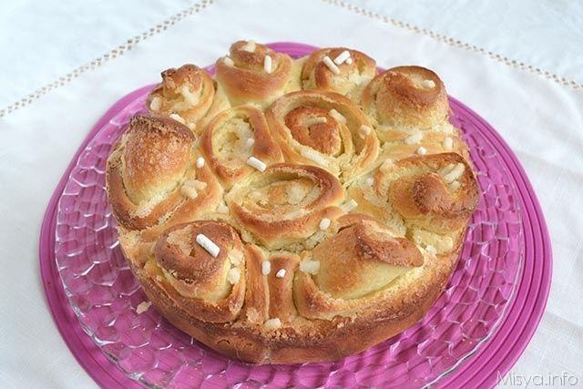La torta delle rose è un dolce di pasta lievitata tipo pasta brioche che viene farcita con una crema di burro e zucchero, l'impasto viene arrotolato e