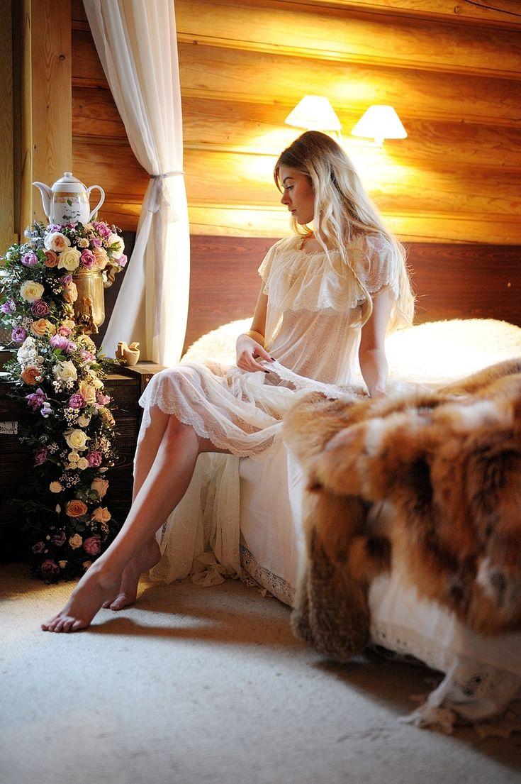 #Russia #wedding #folk #bride #weddingday #fox #morningbride #Свадьба в русском народном стиле: свадебный #декор с полевыми цветами, стол с пирогами и блинами, сбитень в графинах, кружевной #сарафан невесты, и многие другие детали, передающие дух боярской свадьбы в деревянном русском доме! #woodenhouse