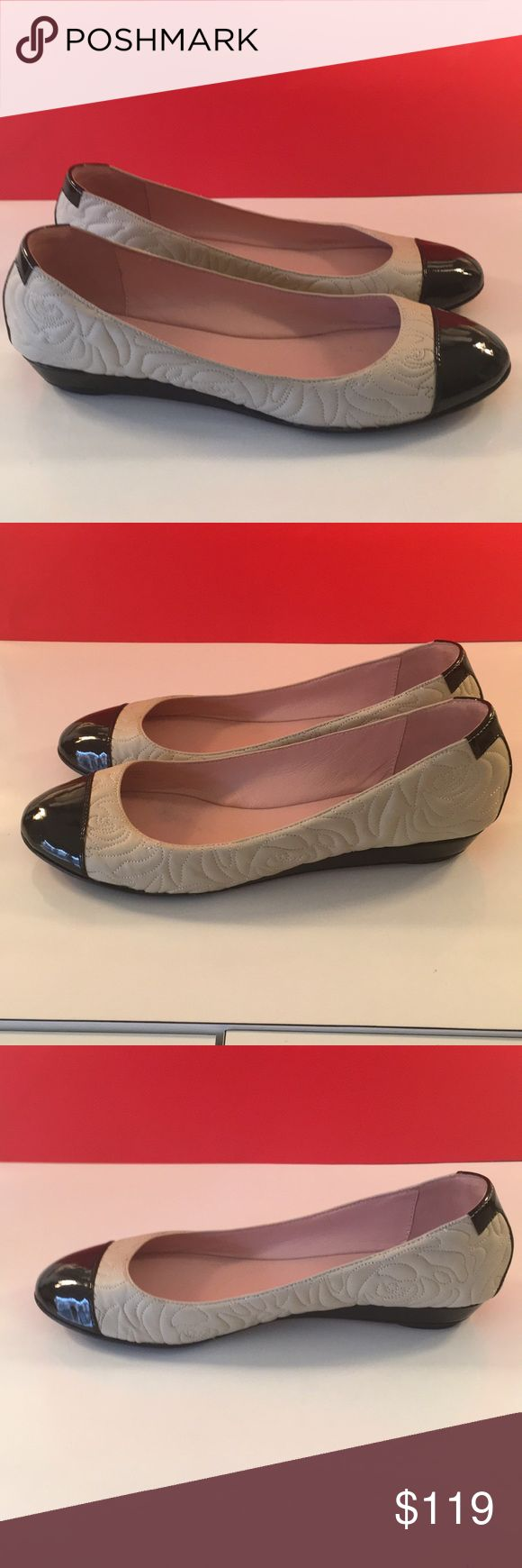 ❤️TARYN ROSE LOVELY FLATS 💯AUTHENTIC ❤️TARYN ROSE LOVELY FLATS 💯AUTHENTIC ! SO PRETTY AND STYLISH ALWAYS ON TREND! TRUE HIGH END LUXURY AND STYLE! THE ARE VERY LIGHT TAN AND BLACK! JUST LOVELY AND ONLY WORN A FRE TIMES! THEY ARE SIZE 8 Taryn Rose Shoes Flats & Loafers