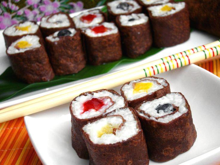 """Przepis na słodkie sushi naleśnikowe: Mój serdeczny przyjaciel wymyślił nazwę """"nalesushi"""".:) Naleśniki spotykają się tu z ryżem na mleku. Moje naleśniki przyrządziłem w wydaniu kakaowym. Mieliśmy jeszcze ochotę na ryż na mleku, który pierwotnie chciałem włożyć do naleśników. W międzyczasie wyskoczyłem do warzywniaka po owoce, a w drodze powrotnej wstąpiłem do kwiaciarni i kupiłem duże liście ..."""