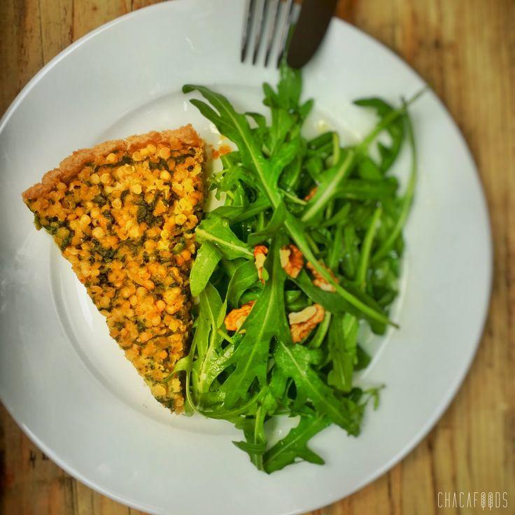 #Linsen #Tarte mit kleinem #Superfood #Salat #Rezept  Ich wollte schon letzte Woche ein Gericht mit roten Linsen machen, aber heute war es endlich soweit. Warum nicht eine Tarte mit Spinat und einem frischen Rucola Salat? Sicher nicht die allerschnellste, aber dafür eine unheimlich leckere vegane Alternative zum Lunch. Falls Du einmal nicht so viel Zeit hast, kannst du den Mürbteig schon am Tag vorher zubereiten und kühl stellen. Himmlisch!