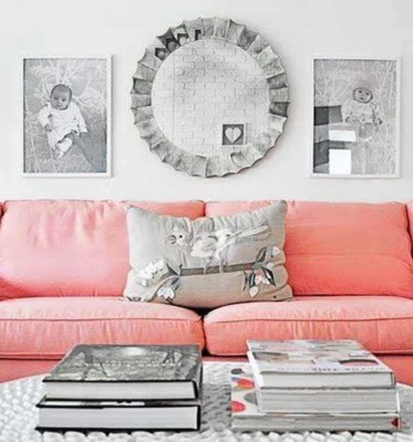 divano rosa con cuscini grigi