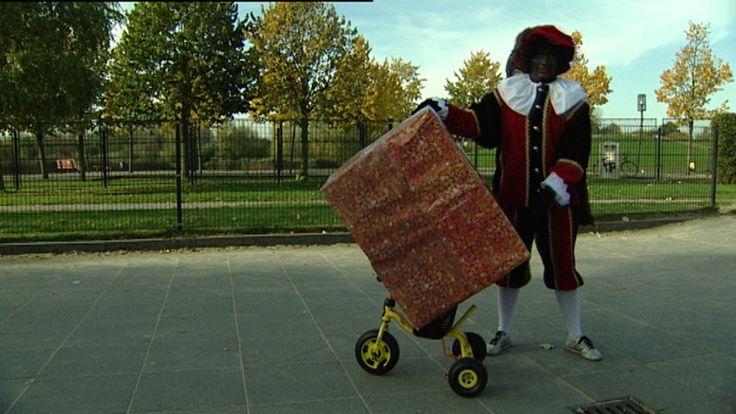Een grappig filmpje over maffe Pieten die cadeautjes moeten wegbrengen.