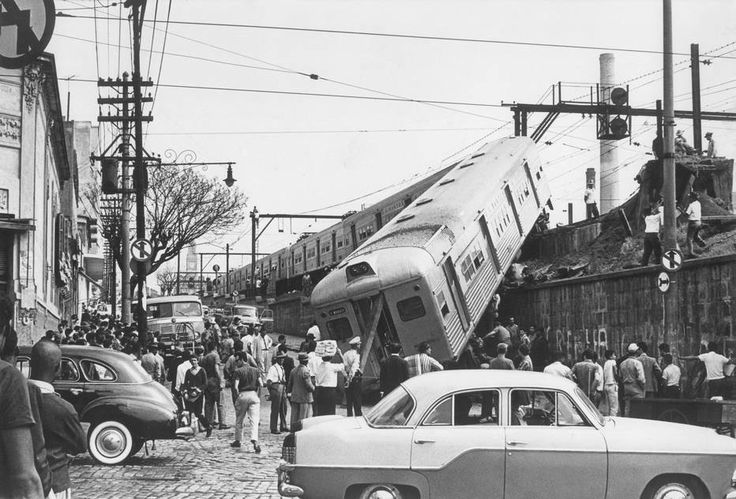 1965 - Acidente ferroviário entre as ruas Mauá e da Cantareira, na região da Luz. // Vagão cai sob via pública. Acidente de trem na Estrada de Ferro Santos-Jundiai, próximo da Estação da Luz ocorrido em 19/8/1965. http://topicos.estadao.com.br/luz