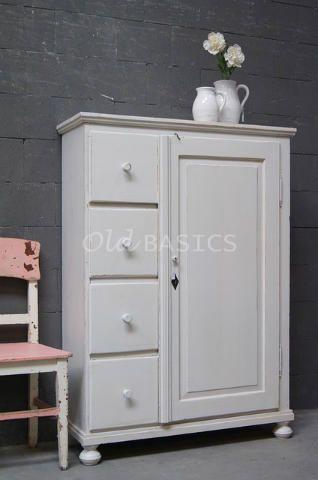 Broodkast 10082 - Oude houten broodkast met een wit grijze kleur. Achter de deur is de kast ongeverfd met twee vaste legplanken. Een landelijke kast met een fraaie afwerking.